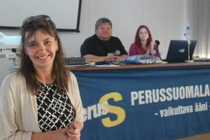 Kuvassa puoluesihteeri Riikka-Slunga Poutsalo, kokouksen puheenjohtajana toiminut Jari Ojala sekä sihteerinä toiminut piirisihteeri Henna Kupsala